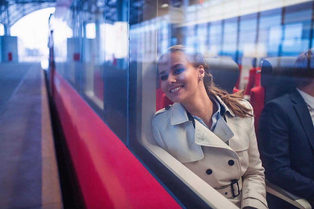 Junge Frau sitzt im Zug