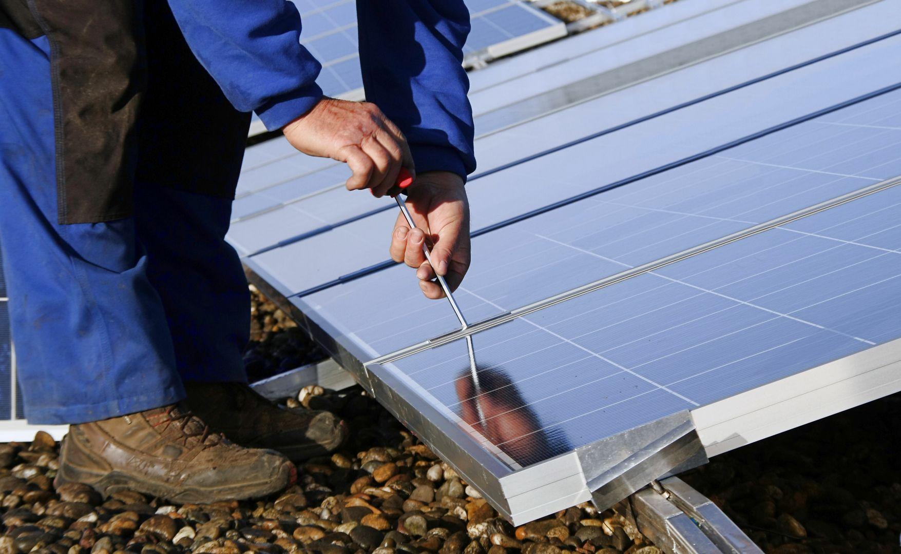 Montage eines Photovoltaikmoduls auf Dach durch Installateur