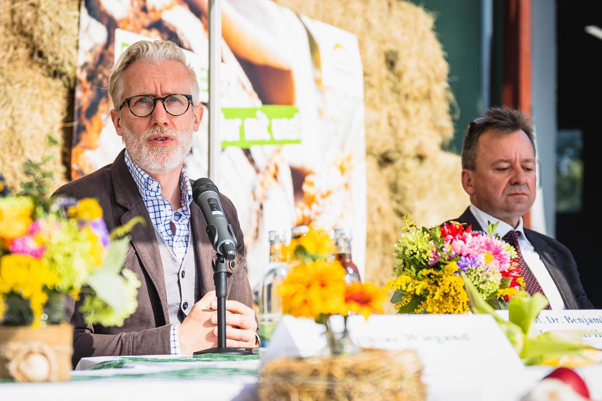 Minister Hoff bei der Pressekonferenz – im Hintergrund Dr. Klaus Wagner, Präsident des Thüringer Bauerverbands