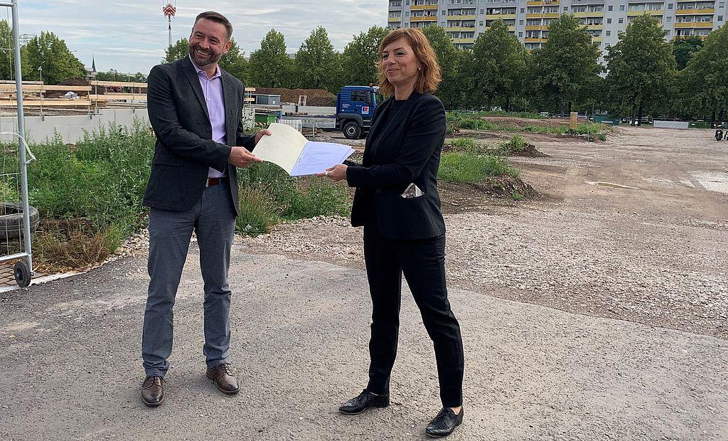 Staatssekretärin Karawanskij übergibt Fördermittelbescheid in Erfurt für Soziales Wohnungsbauprojekt (16.07.2020, Foto TMIL)