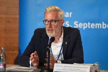 Thüringer Bauminister Prof. Dr. Hoff spricht im Podium ins Mikrofon
