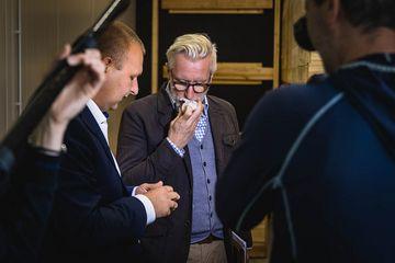 Minister Hoff riecht an einer gelagerten Knoblauchknolle