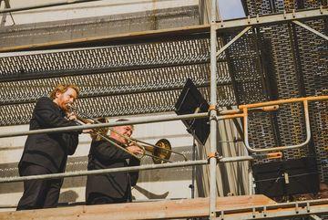 Blasmusiker auf dem Gerüst