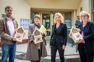 Susanna Karawanskij übergab Bienenhotels an Vertreter:innen der WBG und der IBA Thüringen in Nordhausen