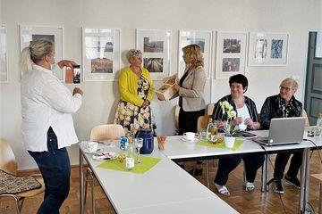 Staatssekretärin Susanna Karawanskij übergibt ein Bienenhotel