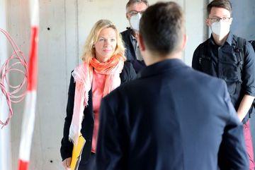 Staatssekretärin Susanna Karawanskij mit Vertreter:innen der TU Ilmenau
