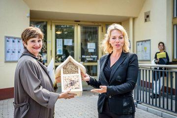 Susanna Karawanskij übergibt ein Bienenhotel