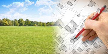 Planung eines neuen Bebauungsgebietes - Konzeptbild mit Handzeichnung einer imaginären Katasterkarte der Fläche mit Gebäuden, Feldern und Straßen vor einer Grünfläche