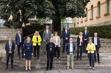 Gruppenfoto der Teilnehmer der 136. Bauministerkonfenz auf Treppe