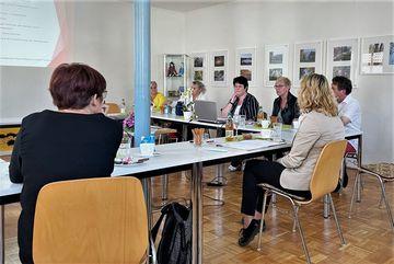 Staatssekretärin Susanna Karawanskij iM Gespräch mit Lehrer:innen der Schule in Schalkau