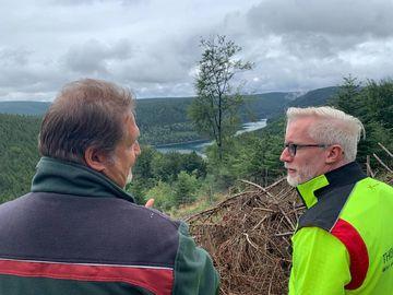 Minister Prof. Dr. Benjamin-Immanuel Hoff im Gespräch im Thüringer Wald