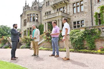 Vier Personen stehen vor Schloss Altenstein
