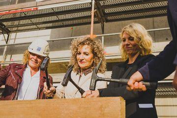 Nadine Kummer (HTI Greußen), Landtagspräsidentin Birgit Keller und Ministerin Susanna Karawanskij beim Einschlagen von Nägeln