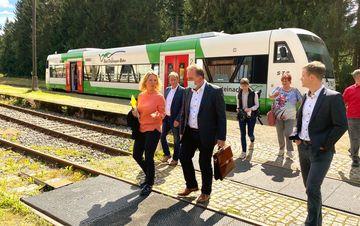 Staatssekretärin Susanna Karawanskij am Bahnhof Rennsteig