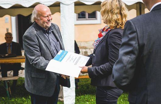 Staatssekretärin Karawanskij beim Überreichen der Urkunden zum Jubiläum