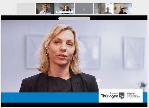 Ministerin Karawanskij spricht in einer Videokonferenz zu den Teilnehmer:innen