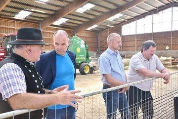 Landwirtschaftliche Halle von innen, Staatssekretär Weil unterhält sich mit Schäfer
