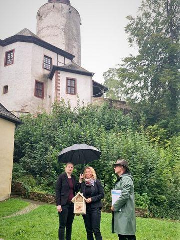Susanna Karawanskij mit Bienenhotel vor Burg Posterstein
