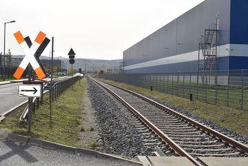 Schienen und Andreaskreuz ins Gewerbegebiet