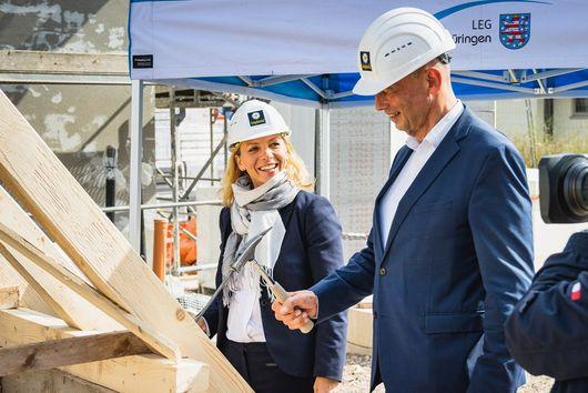 Ministerin Karawanskij mit Wirtschaftsminister Tiefensee beim traditionellen Nagel-Einschlagen