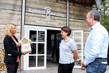 Staatssekretärin Susanna Karawanskij übergibt ein Bienenhotel am Bahnhof Rennsteig