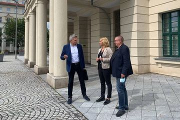 Susanna Karawanskij vor dem Rathaus Sonneberg mit Dr. Heiko Vogt