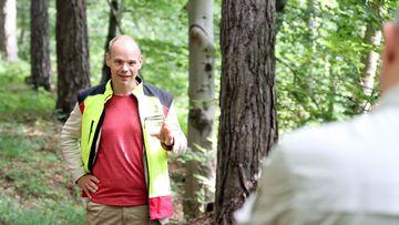 Staatssekretär Torsten Weil im Jenaer Stadtwald. Er unterhält sich mit einem Forst-Experten.