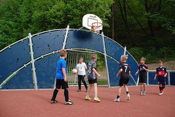 Kinder spielen Basketball