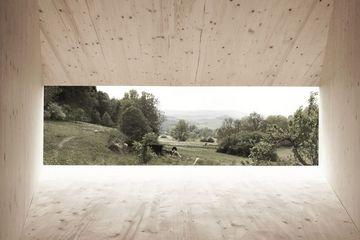Ausblick durch Fenster ins Sommertal