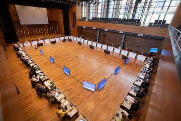 Blick von oben in Weimarhalle auf Konferenzgeschehen