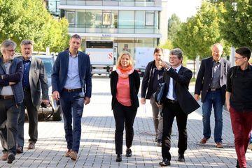 Staatssekretärin Susanna Karawanskij mit Vertreter:innen der TU Ilmenau bei der Baustellenbesichtigung