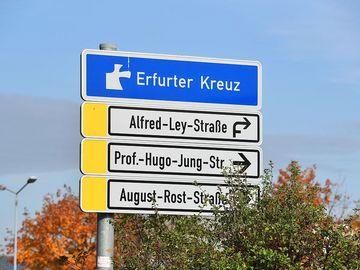 Schild mit Bezeichnung und Straßennamen