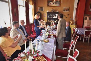 Staatssekretärin Karawanskij überreicht ein Bienenhotel