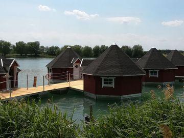 Schwimmende Holzhütten auf Alperstedter See