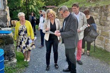 Staatssekretärin Susanna Karawanskij besichtigt die Ruine Schaumburg