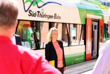 Staatssekretärin Susanna Karawanskij am Bahnhof Ilmenau