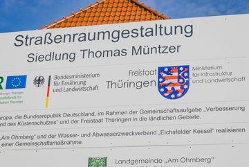 """Baustellenschild zur Straßenraumgestaltung in der Siedlung """"Thomas Müntzer"""""""