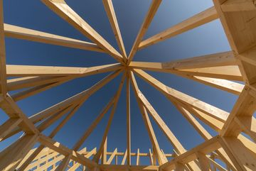 Eigenwillige Dachkonstruktion eines neuen Hauses