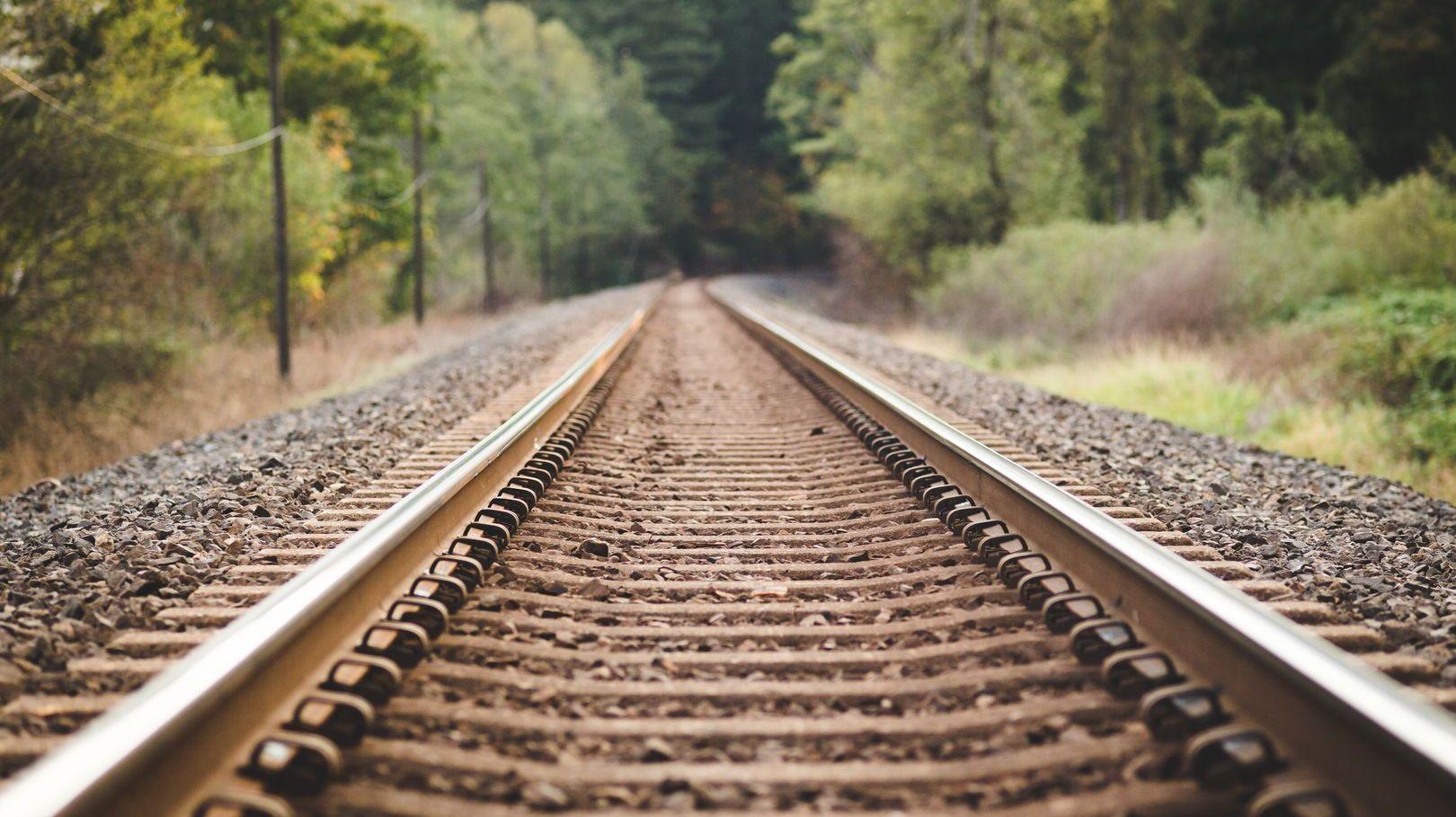 Bahnstreckenverlauf im Wald