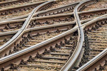 Blick auf Bahnschienengleise die in einer Weiche zusammenkommen