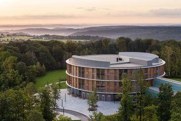Fernblick auf den Neubau der Waldklinik in Eisenberg, im Hintergrund Landschaft