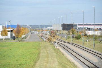 Blick auf Gewerbegebiet mit Schienenanbindung