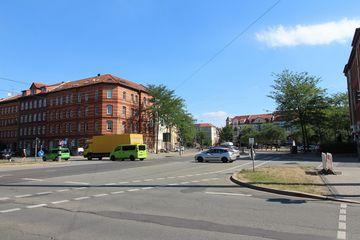 Blick auf Straßenkreuzung mit Fahrzeugen in Erfurt