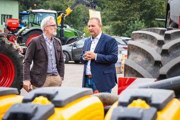 Minister Hoff im Gespräch mit Matthias Wiegand von der Agrargenossenschaft Straußfurt